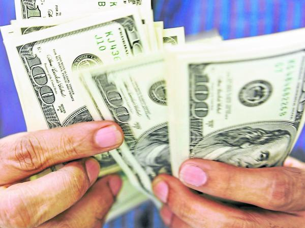 Dólar perdió en $26,82 y cerró en $2.392,99