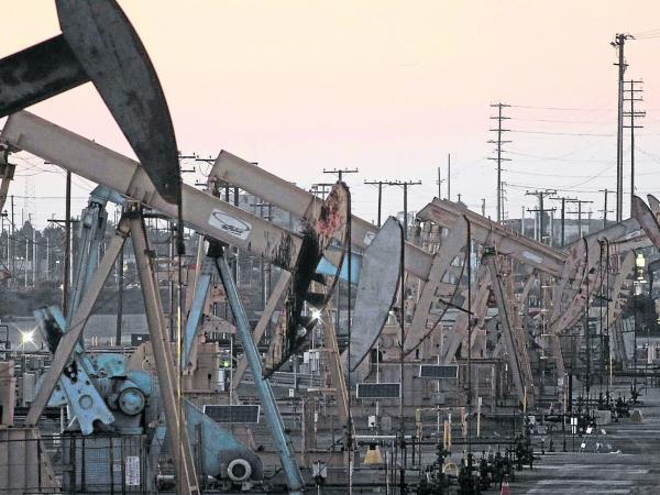 Precios del petróleo suben tras caída de reservas en EU