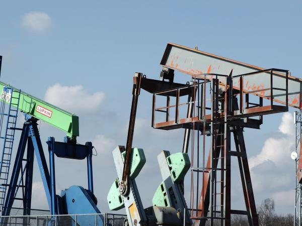 La OPEP acuerda ampliar los recortes producción nueve meses más
