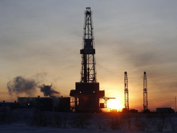 Cae precio de petróleo tras decisión de Trump sobre acuerdo climático