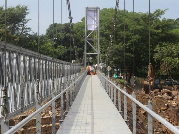Puente sobre el río Charte