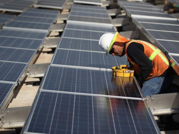 Santos destina más de $200.000 millones para energías renovables a zonas vulnerables