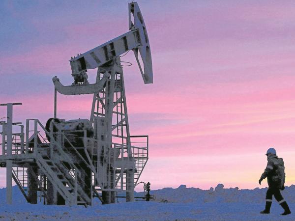Precios del crudo se mantienen cerca de sus máximos de 2014