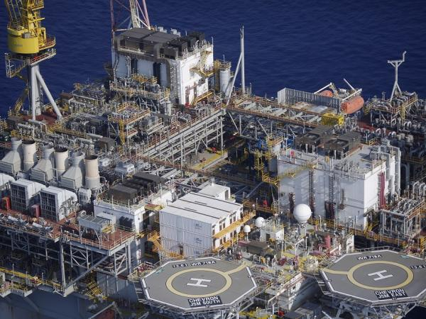 Suben precios petroleros en inicio de semana