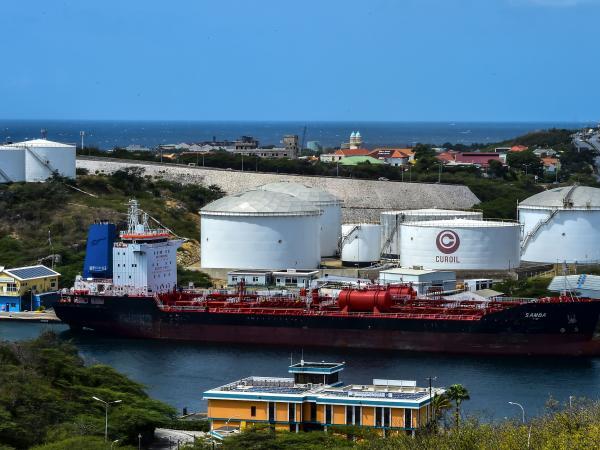Venezuela vende acciones en refinería para abonar a su deuda externa