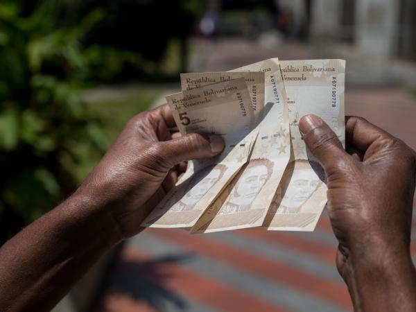 Venezuela inspecciona precios en comercios tras reconversión monetaria