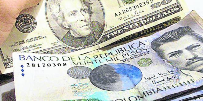Un Ciudadano Colombiana Cambia Pesos Por Dólares