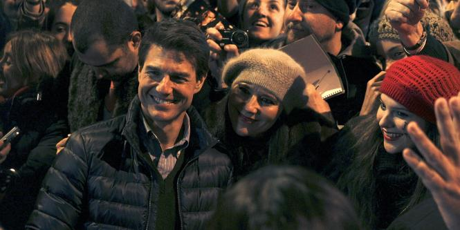 El actor Tom Cruise rodeado de fans.