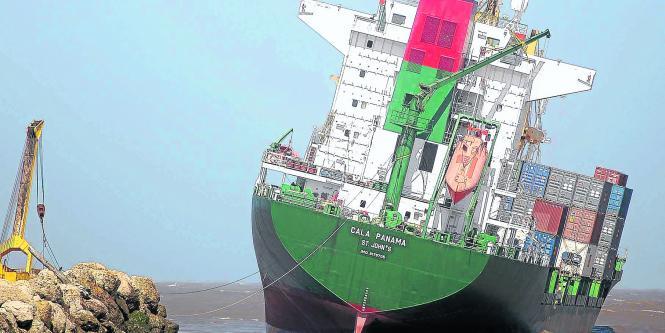 Resultado de imagen para barco encallado en puerto de barranquilla