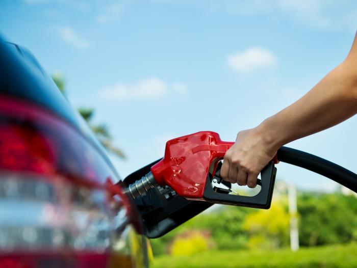 El día para echar combustible. Si quiere ponerle gasolina a su auto, es más barato hacerlo un lunes.