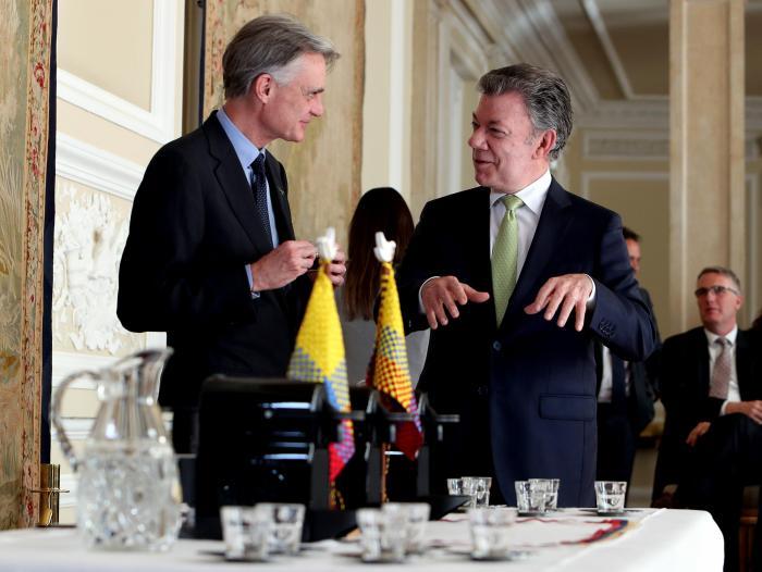 Resultado de imagen para juan manuel santos con el Jean-Marc Duvoisin, presidente de Nespresso