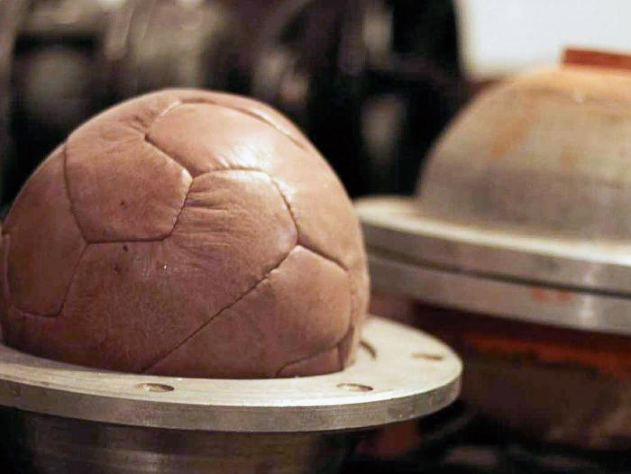 El balón cosido a mano es un patrimonio del pueblo. 591d73a0e654c