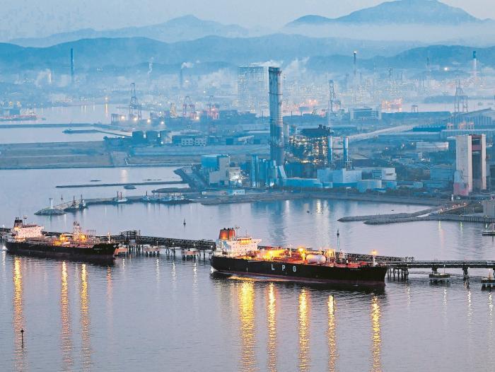 Precios del petróleo caen presionados por mayor producción de crudo