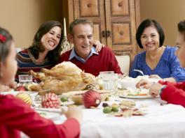 Si van a celebrar en familia lo ideal sería una cena 'de traje' en la cual las personas lleven los alimentos para compartir.