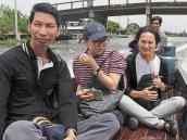 La emprendedora tailandesa Chadsanan Masawang-phairojana (derecha) navegando por un canal de Samut Prakan, provincia colindante con Bangkok, donde desarrolla su labor.